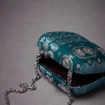 Bolso de estilo Vintage en color azul, con cadena para llevar colgado desde el hombro, cierre Kisslock.