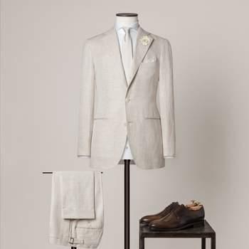 """Sandfarbener 2-teiliger Hochzeitsanzug mit 2,5 Knöpfen aus einer Mischung aus Baumwolle und Leinen mit fallendem Revers, """"Spalla Camicia""""-Schultern und 2 mm Steppstich."""