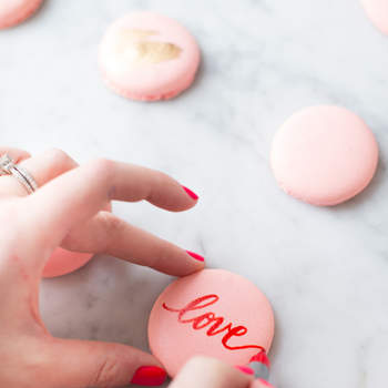 Decoración de macarons con rotulador comestible. Credits: Abby Jiu Photography