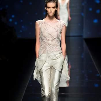 Completo con blusa in chiffon semitrasparente e pantalone in shantung di seta color ghiaccio