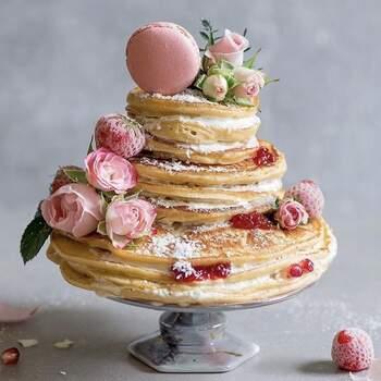 E um bolo com panquecas, decorado com flores, frutos e macarons? | Créditos: IG @weareweddingly