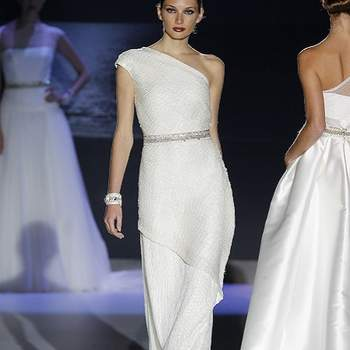 Modèle à bretelle asymétrique et coupe fluide.  Photo : Barcelona Bridal Week