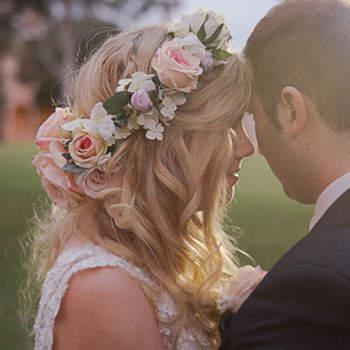 Cabelo de noiva solto com flores   Credits: Quince & Mulberry Studios