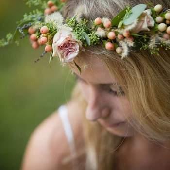 A tendência da noiva bohemia está em alta. O estilo boho nos casamentos dão um charme a mais às festas e cerimônias. As coroas de flores combinam perfeitamente com este estilo, confira esses modelos e escolha a sua!