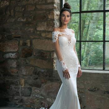 Modelo 44059, vestido de novia de manga larga con escote bardot y detalles de encaje y transparencias