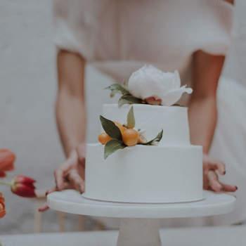 Os bolos de casamento podem ser simples até nos detalhes que marcam a diferença | Créditos: Bakewell |  Foto: Lovati Photography