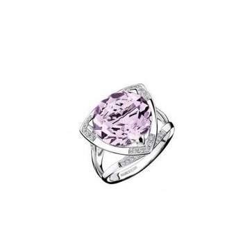 Bague or blanc (4.95grs), Rose de France (6.5cts), pavage diamants (0.13ct) Source : mauboussin.fr