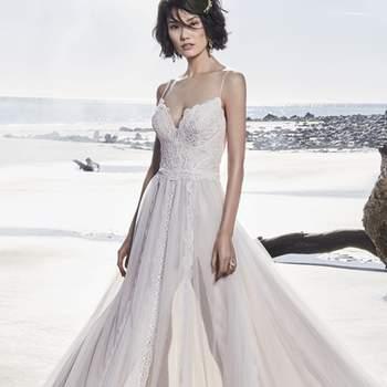 """<a href=""""https://www.maggiesottero.com/sottero-and-midgley/olson/11560"""">Maggie Sottero</a> <br> Cette robe de mariée romantique en tulle est ornée d'une dentelle unique. De fines bretelles relient le décolleté en cœur au dos transparent orné de motifs en dentelle."""