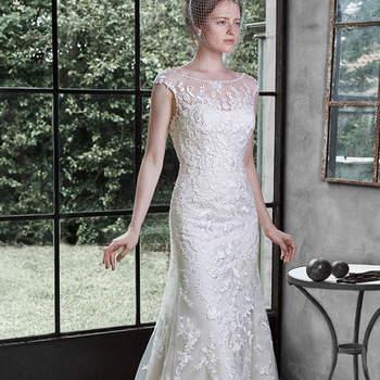 """O auge do romance é  encontrado neste vestido de noiva deslumbrante, acentuado com apliques de renda em cascata, adornado com mangas e decote ilusão. Acabado com botões cobertos e feche com zíper.   <a href=""""http://www.maggiesottero.com/dress.aspx?style=5MW647"""" target=""""_blank"""">Maggie Sottero</a>"""