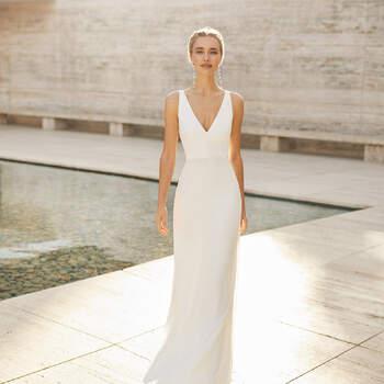 O modelo Elgar sem a cobertura em renda é perfeito para um casamento simples. | Rosa Clará Couture 2021