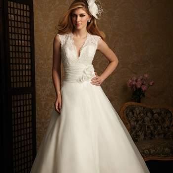 Vestido con una línea romántica de encaje y organza. El corpiño ajustado tiene un favorecedor escote en forma de V y la espalda de encaje, mientras que la cintura se define por una banda acanalada y flores.