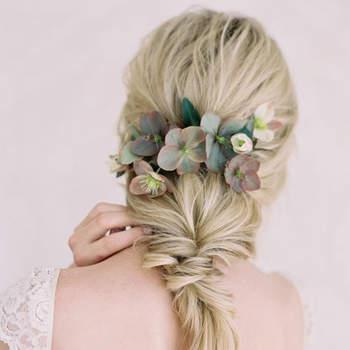 Cabelo de noiva preso com flores | Credits: Jen Huang Photography