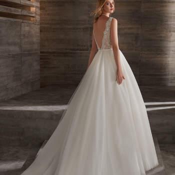 """El vestido perfecto para dar el """"sí, quiero"""" durante los meses de la temporada estival. Un modelo de tirantes con escote en V tanto por delante como por detrás con el cuerpo elaborado de encaje."""