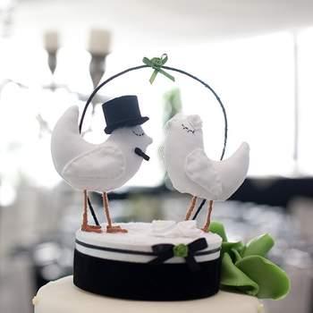 Blancs et charmants, tels sont ces petits oiseaux que vous pourrez poser au top de votre pièce montée. Photo : Arc Fotografia