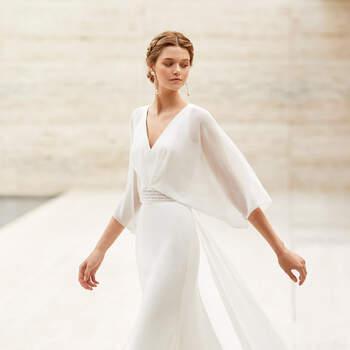 O modelo Eire, um vestido tipo blusa elegantíssimo, com mangas vaporosas francesas, é o sonho de todas as noivas que preferem um modelo leve e romântico para uma cerimónia religiosa. Exibindo um corte em linha A e um tecido liso, é ideal para uma celebração simples. | Coleção Rosa Clará Couture 2021