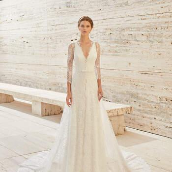 Com um tecido de renda combinado com gaze, o modelo Elgar deixará felizes as noivas que sonham com um vestido simples para um casamento civil na primavera. | Rosa Clará Couture 2021
