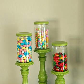 Des bocaux transparents pour des bonbons colorés : rien de tel pour un candy bar. Source : This Old Chair, via I Could Make That