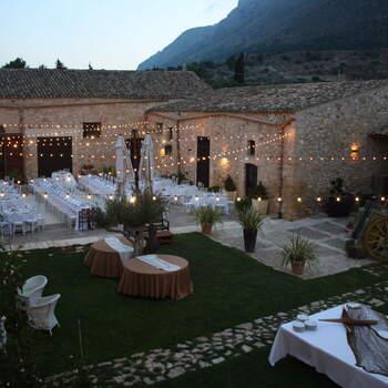 Baglio Aversa: Situato nella campagna della Sicilia occidentale, è un luogo senza tempo, spazioso ma allo stesso tempo raccolto, un perfetto equilibrio di elementi rustici ed eleganti, perfetto per ospitare il vostro ricevimento nuziale.
