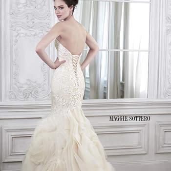 """Drama y sofisticación para encontrar el equilibrio perfecto en este impresionante, ajustado y llamativo vestido de novia. Apliques florales de encaje adornan el corpiño antes de llegar a un tul remolino con una elegante falda de organza. Acabado con corsé de cierre en la espalda.  <a href=""""http://www.maggiesottero.com/dress.aspx?style=5MS162"""" target=""""_blank"""">Maggie Sottero Spring 2015</a>"""