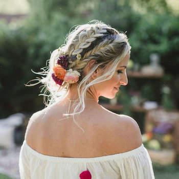 Penteado para noiva com cabelo preso e trança lateral   Foto: Jennifer Skog