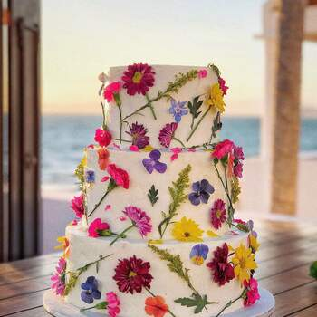 Foto: @Mirnasoria  - Pstel de 3 pisos decorado con flores comestibles