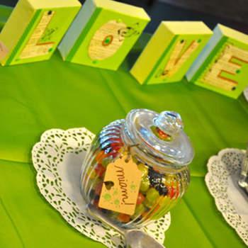 Arma una mesa en verde llénala con variedades de dulces del mismo color ¿Qué piensas de esta idea?