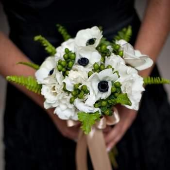Avec une dominante de blanc, ce bouquet de mariée champêtre a beaucoup d'allure. - Source : Style Me Pretty