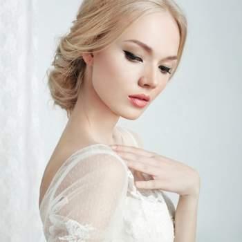 Foto: Beautiful bride and beautiful wedding dress via Shutterstock