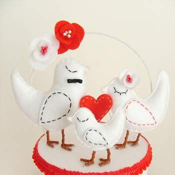 Rouge, blanc et coeurs, voilà la combinaison parfaite ! Des figurines oiseaux romantiques qui feront merveille sur votre pièce montée. Photo : Pinga Amor