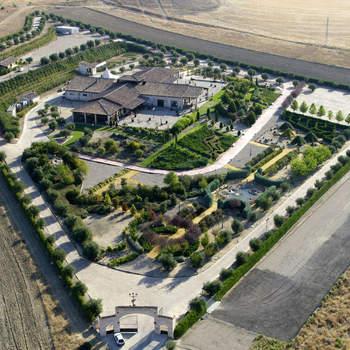 Un enclave único y exclusivo en plena naturaleza que dispone nada más y nada menos que de 50.000 m². Ubicada en la provincia de Toledo, la Finca Olivar Santa Teresa ofrece modernas y amplias instalaciones al más puro estilo toledano.
