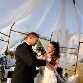 Si la boda se realiza durante el día protege el área de la celebración del sol con velos o mosquiteros.
