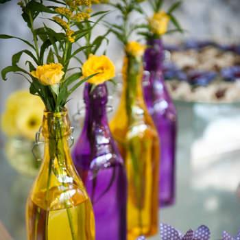 A decoração é uma das maiores preocupações de todo casal na organização do casamento. E se você gosta de cores mais fortes e combinações diferentes, aposte no amarelo e roxo. Veja como as duas cores juntas dão um efeito lindo!