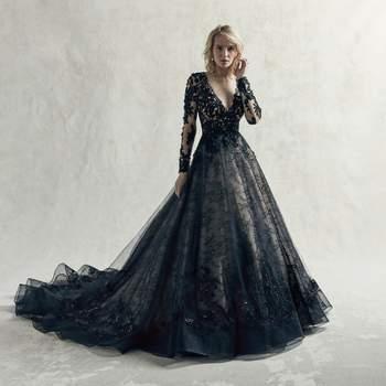 Una elección impresionante para la novia poco convencional es este vestido de novia negro que presenta varias capas de tul, motivos de encaje y encaje de Chantilly.