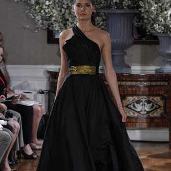 Robe de mariée noire avec ceinture dorée et bretelle asymétrique. Très chic.
