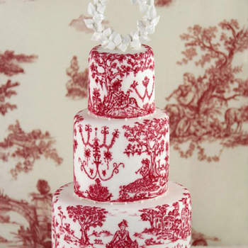 Tarta íntegramente pintada a mano con tinta comestible con un diseño propio inspirado en Toiles de Jouy del siglo XVII con una corona de laurel como topper realizada en azúcar.