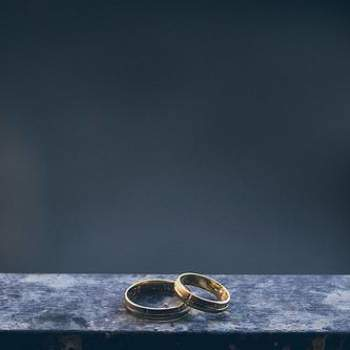As fotos das alianças são clássicas e estão em todo álbum de casamento! Atualmente, o que conta é a criatividade na hora de fazê-las! Inspire-se nesta seleção de fotos, das mais criativas às tradicionais, para compor sua foto perfeita!
