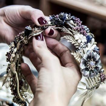 Diadema de piezas florales en tonos malva. Credits: Diadema de estrellas doradas. Credits: Suma Cruz