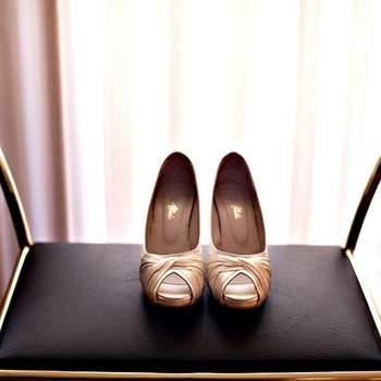 Chaussures peep-toe couleur crème/dorée prises par attitudefotografia.