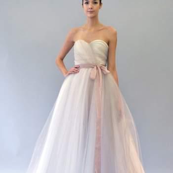 Robe de mariée bustier avec ceinture rose à la taille de la collection Carolina Herrera Automne 2012