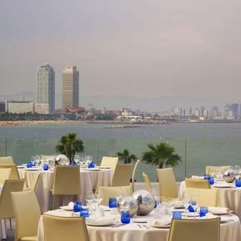 También podrás disfrutar de las ventajas de un hotel evitando incómodos desplazamientos tras el final de la celebración y con la posibilidad de disfrutar de una noche de boda única.