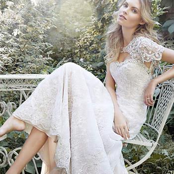"""Para la novia que buscan una silueta delgada, este vestido de encaje de una línea exquisita cuenta con un escote enjoyada y está adornado con cristales de Swarovski. Acabado con botón de cubierta sobre espalda con cremallera de cierre.   <a href=""""http://www.maggiesottero.com/dress.aspx?style=5HS159"""" target=""""_blank"""">Maggie Sottero Spring 2015</a>"""