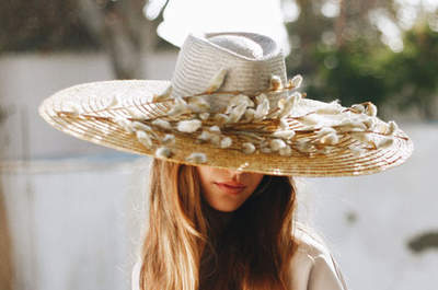Cappelli XXL per invitate di nozze: raffinatezza d'altri tempi