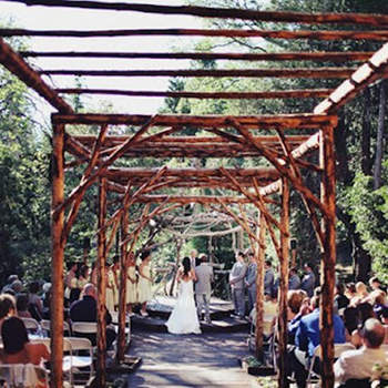 Una estructura completamente natural! que comienza en el pasillo y termina en el altar.