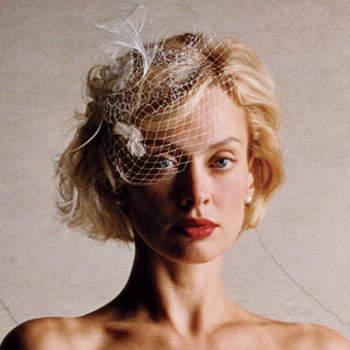 Une voilette pour accessoiriser cette coupe de cheveux courte. Chic et élégante ! - Source : 100matrimoni.it