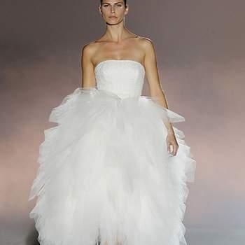 """Vestido palabra de honor con voluminosa falda tres cuartos. Foto: Barcelona Bridal Week.  Descubre la <a href=""""http://zankyou.9nl.de/tn3n"""" target=""""_blank"""">Colección 2015 de Rosa Clará aquí</a>"""