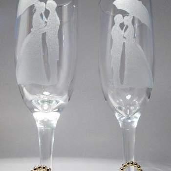 A hora do brinde é um momento de alegria! Já casados, é a primeira comemoração do casal junto com suas famílias. E como todos os detalhes fazem a diferença, veja estas taças decoradas para um brinde super original.