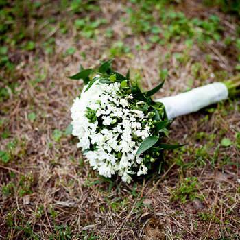 Ganz schlicht, ein Brautstrauß mit weißen Blumen- Foto: Chema Naranjo