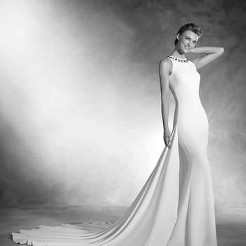 Espetacular vestido de noiva realizado em crepe, de linha sereia e decote redondo justo. A leveza dos seus materiais conseguem a máxima comodidade. O desenho conta com bordado realizado em pedraria em forma de lágrima, conferindo uma cintilação à peça.