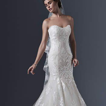 """Ici, le romantisme intemporel est mis en lumière dans cette silhouette de sirène classique. Motifs et cascades de tulle en bas et corsage romantique dans la partie supérieure. Une couche de paillettes en tulle ajoute une touche subtile d'éclat à la silhouette .   <a href=""""http://www.sotteroandmidgley.com/dress.aspx?style=5SS618"""" target=""""_blank"""">Sottero &amp; Midgley</a>"""