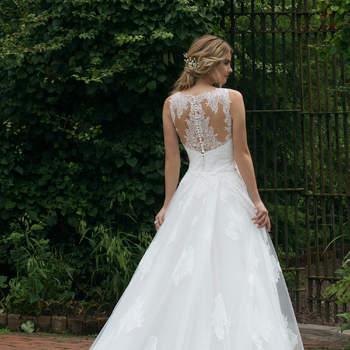 Modelo 44042, vestido de novia sin mangas con aplicaciones de encaje en el escote y falda de corte princesa.